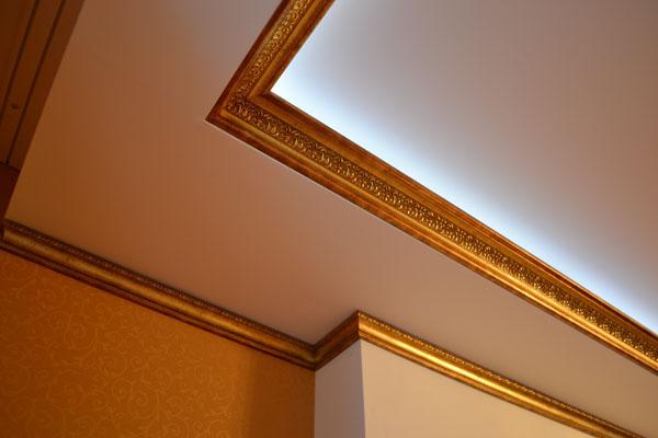 Цветной потолочный плинтус фото в интерьере